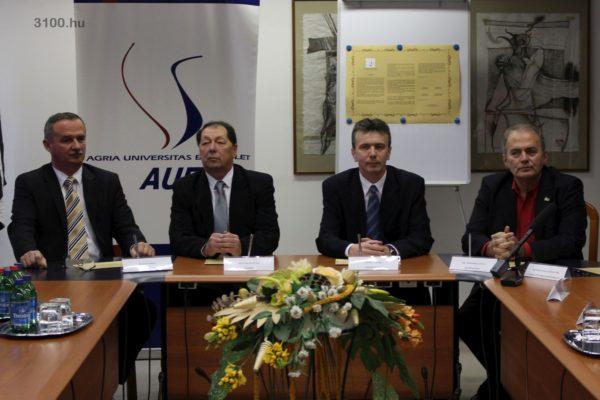 3100.hu Fotó: Fekete Zsolt (MSZP, Demokratikus Koalíció, Tarjáni Városlakó Egyesület), Hulitka István (Jobbik), Simon Tibor (Fidesz-KDNP) és Thürmer Gyula (Magyar Munkáspárt) polgármesterjelöltek