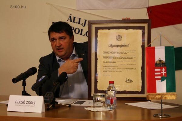 3100.hu Fotó: Becsó Zsolt a sajtótájékoztatón - emlékeztetőül - bemutatta az adósságkonszolidáció bizonyságlevelét