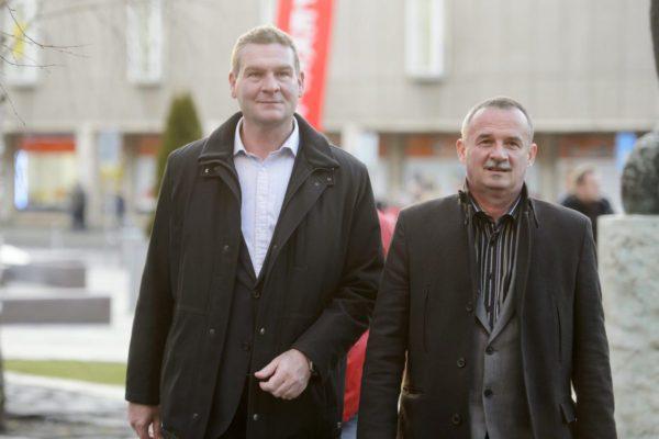 Botka László, Szeged szocialista polgármestere és Fekete Zsolt szocialista alpolgármester, baloldali polgármesterjelölt érkezik a lakossági fórumra (MTI Fotó: Komka Péter)