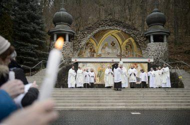 Majnek Antal munkácsi megyéspüspök a Gyertyaszentelő Boldogasszony ünnepén, kedden tartott szabadtéri szertartáson a mátraverebély-szentkúti nemzeti kegyhelyen (MTI Fotó: Komka Péter)