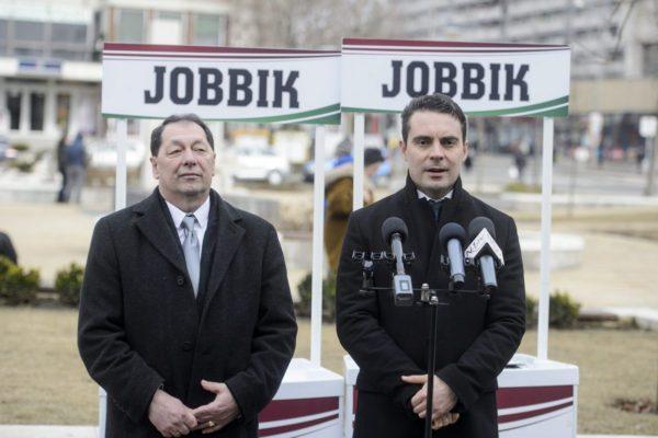 Hulitka István, a Jobbik polgármesterjelöltje és Vona Gábor, a pár elnök-frakcióvezetője (MTI Fotó: Komka Péter)
