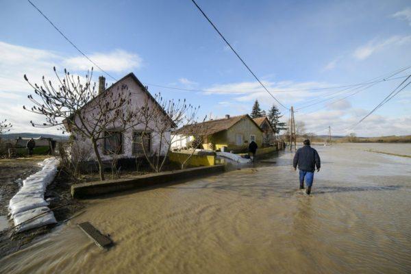 Az Ipoly folyó által elárasztott Rákóczi utca Ipolytarnócon (MTI Fotó: Komka Péter)
