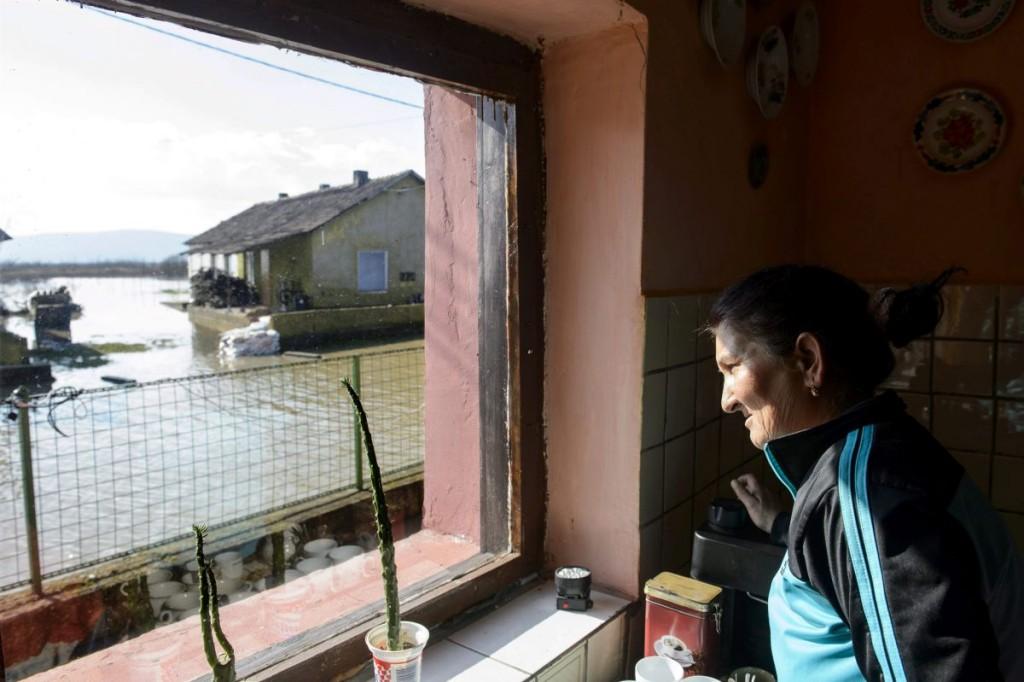 Oláh Sándorné az Ipoly folyó által elárasztott Rákóczi utcában lévő otthonában Ipolytarnócon (MTI Fotó: Komka Péter)