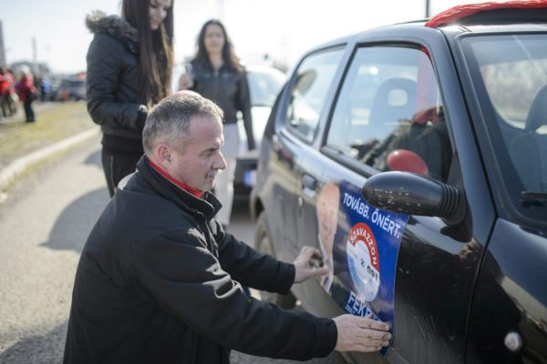 Fekete Zsolt szocialista alpolgármester, baloldali polgármesterjelölt a Magyar Szocialista Párt kampányzáró autós felvonulása előtt (MTI Fotó: Komka Péter)