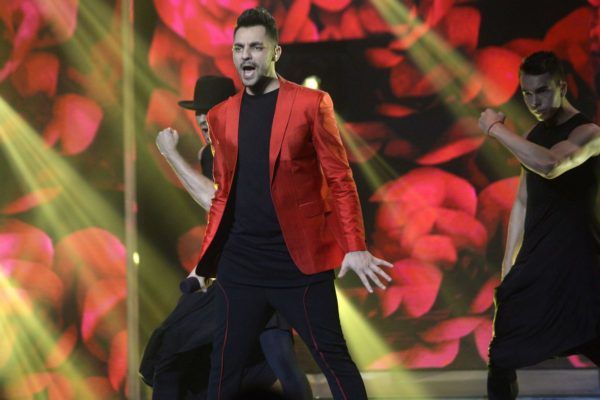 Oláh Gergő énekel az Eurovíziós Dalfesztivál - A Dal című televíziós show-műsor első középdöntőjében (MTI Fotó: Kovács Tamás)