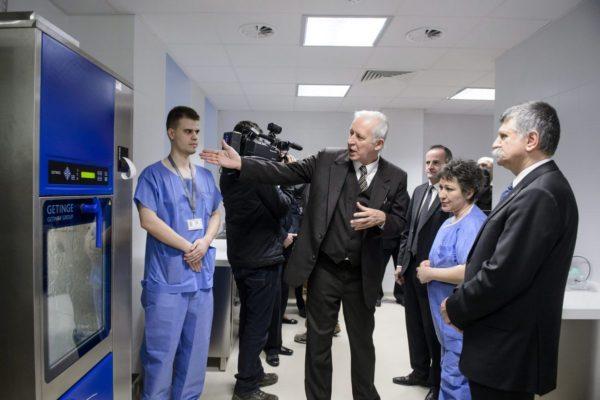 Bercsényi Lajos főigazgató és Kövér László, az Országgyűlés elnöke a kórház központi sterilizáló egységének ünnepélyes átadásán (MTI Fotó: Komka Péter)