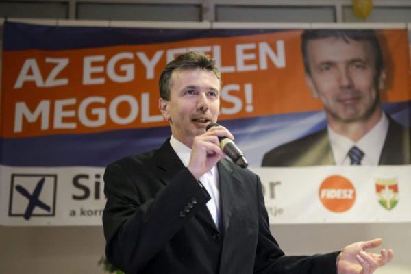 Simon Tibor, a Fidesz-KDNP pártszövetség polgármesterjelöltje a kedd esti lakossági fórumon (MTI Fotó: Komka Péter)