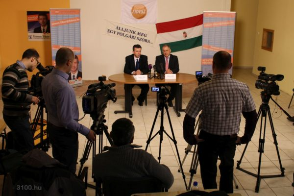 3100.hu Fotó: Simon Tibor és Kósa Lajos a Fidesz-KDNP salgótarjáni kampányközpontjában