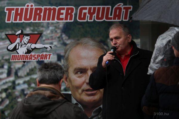 3100.hu Fotó: Thürmer Gyula a Fő téri buszmegállónál tartott sajtótájékoztatón