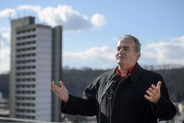 Thürmer Gyula, a Munkáspárt elnöke, a párt polgármesterjelöltje sajtótájékoztatót tart Salgótarjánban egy lapos tetős, tízemeletes ház tetején (MTI Fotó: Komka Péter)