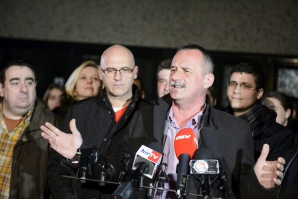 Fekete Zsolt sajtótájékoztatót tartott a Magyar Szocialista Párt salgótarjáni irodájánál, miután a még nem hivatalos végeredmény alapján megnyerte az időközi polgármester-választást (MTI Fotó: Komka Péter)