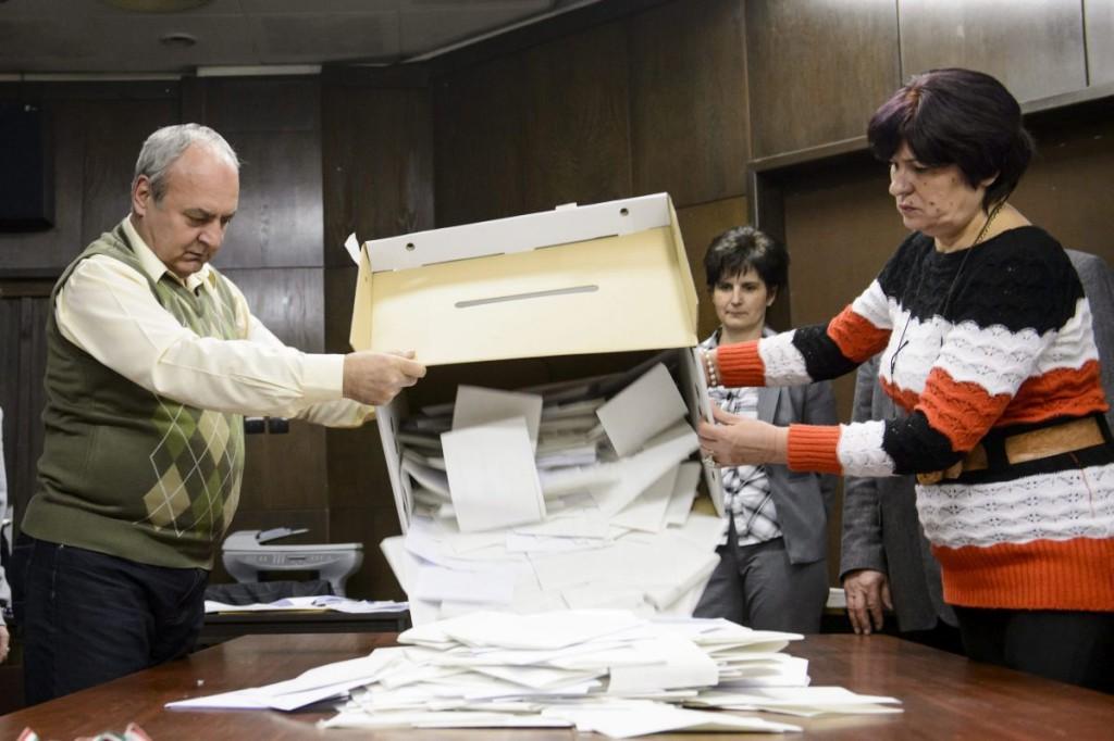 A szavazatszámláló bizottság tagjai urnát bontanak a salgótarjáni Balassi Bálint Megyei Könyvtárban (MTI Fotó: Komka Péter)