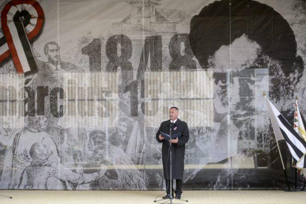 Fekete Zsolt polgármester beszédet mond az 1848-49-es forradalom és szabadságharc kitörésének évfordulóján tartott salgótarjáni megemlékezésen (MTI Fotó: Komka Péter)