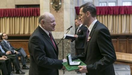 Dr. Simonyi Sándor a Magyar Gazdaságért Díjat vehette át Varga Mihály nemzetgazdasági minisztertől (NGM Fotó: Dede Géza)