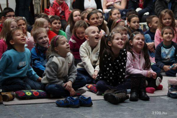"""3100.hu Fotó: Salgótarjáni gyermekek a """"Szervusztok pajtikák!"""" című bábkiállítás megnyitóján a Dornyay Béla Múzeumban"""