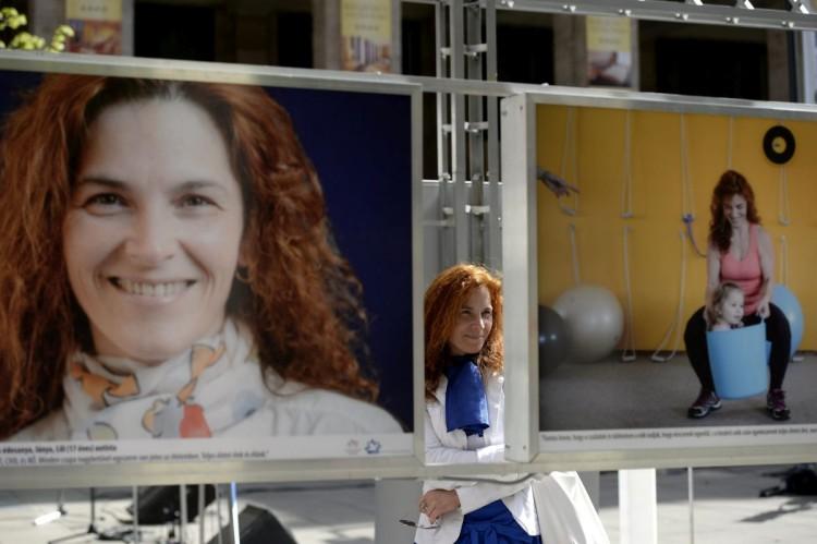 Szalainé Forgács Klaudia, autista gyermeket nevelő salgótarjáni édesanya és a róla készült fotók a Nők kékben című szabadtéri fotókiállításon (MTI Fotó: Bruzák Noémi)