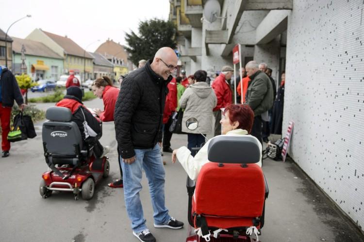 Tóbiás József a párt aláírásgyűjtő akcióján szombaton Balassagyarmaton (MTI Fotó: Komka Péter)