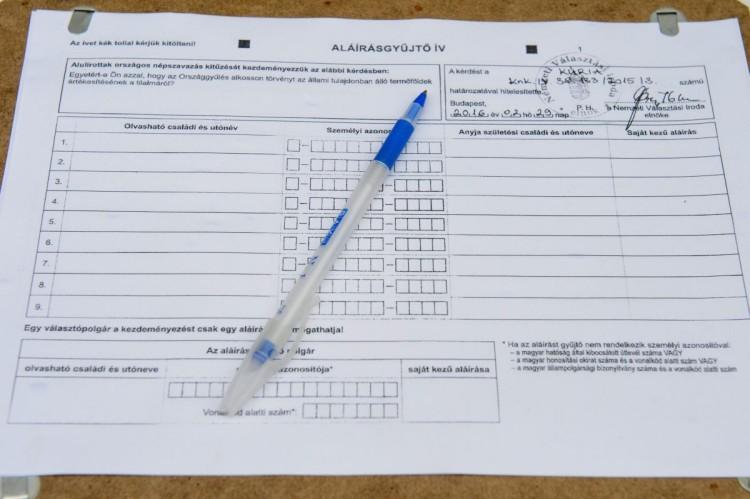 Aláírásgyűjtő ív az MSZP aláírásgyűjtő akcióján szombaton Balassagyarmaton. A párt a vasárnapi boltzár ellen, valamint a föld állami tulajdonban tartásával és a bérplafon kérdésével kapcsolatban kezdeményez népszavazást. A három referendum kiírásához 120 nap alatt 200 ezer aláírást kell gyűjteni. (MTI Fotó: Komka Péter)