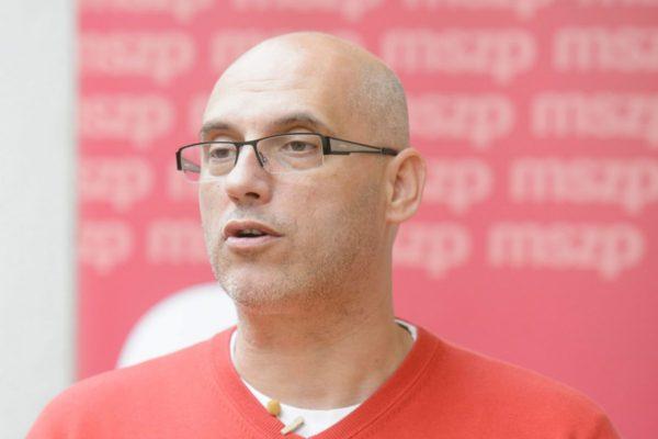 Tóbiás József, a Magyar Szocialista Párt elnök-frakcióvezetője a párt lakossági fórumán szombaton Szécsényben (MTI Fotó: Komka Péter)