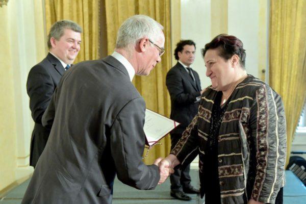 Balog Zoltán minisztertől és Czibere Károly államtitkártól Pro Familiis díjat vehetett át Berki Judit (EMMI Fotó: Bartos Gyula)