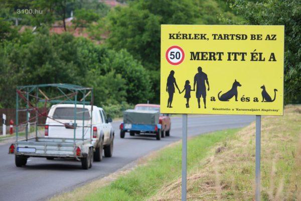 3100.hu Fotó: A figyelemfelkeltő tábla Karancsalja Salgótarjáni felőli határában