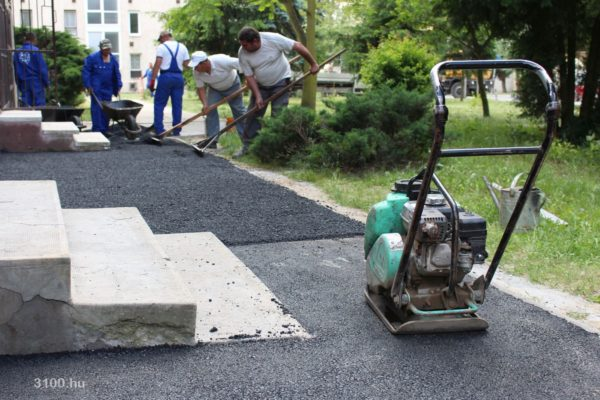 3100.hu Fotó: Járdaaszfaltozás a Beszterce-lakótelepen, az Ybl Miklós úton