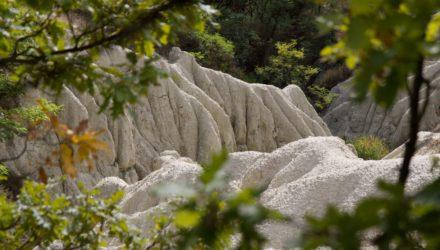A kazári riolittufa-eróziós felszín egy részlete (Forrás: Medves-fennsík | Facebook)