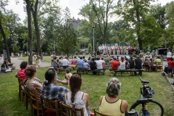 A Helpan szlovák népi énekegyüttes a Muzsikál az erdő - Mátrai művészeti napok nyitórendezvényén a felvidéki Füleken (MTI Fotó: Komka Péter)