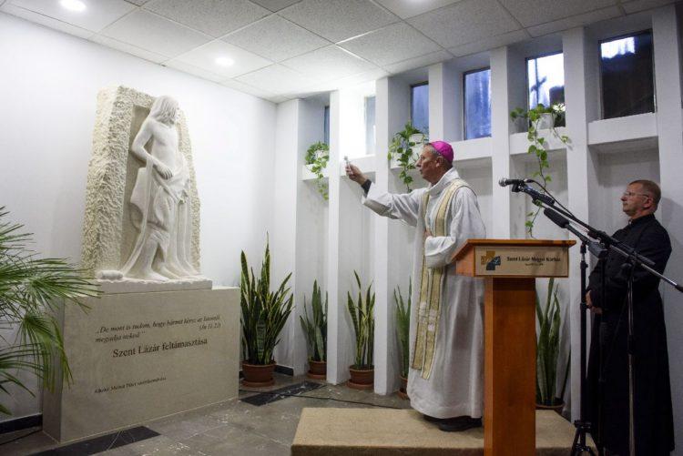 Beer Miklós váci megyés püspök szentelte fel a Szent Lázár feltámasztása szobrot (MTI Fotó: Komka Péter)