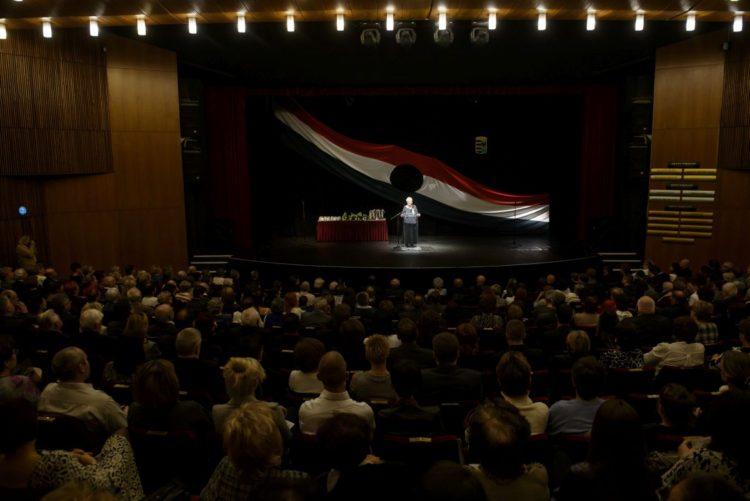 Bérczesi Mihályné, a Magyar Politikai Foglyok Szövetsége Nógrád megyei elnöke beszédet mond az 1956-os forradalom és szabadságharc 60. évfordulóján és a Magyar Köztársaság 1989. évi kikiáltásának alkalmából rendezett ünnepségen a salgótarjáni József Attila Művelődési Központ színháztermében 2016. október 23-án (MTI Fotó: Komka Péter)