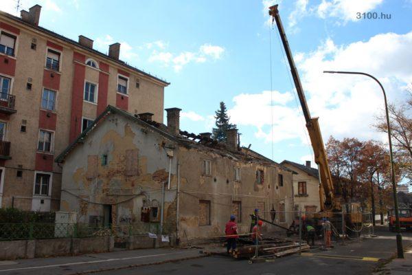 3100.hu Fotó: Az Acélgyári út 33. házszámú épületet már bontják