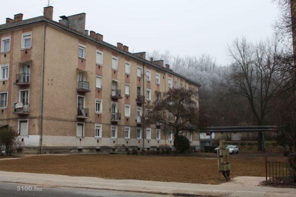 3100.hu Fotó: Az Acélgyári út 51. szám alatti ingatlan bontását követően már a tereprendezés is megtörtént