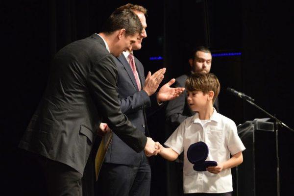 Péter Nándor U9-es korosztályú hegyikerékpáros, a Beszterce-lakótelepi Tagiskola kitűnő tanulója a díjátadón (Fotó: Nógrád Sportja)