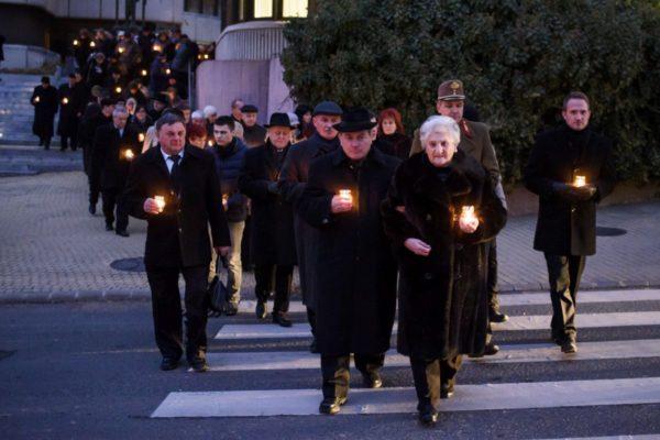 Emlékséta a Múzeum tér és a December 8. tér között (MTI Fotó: Komka Péter)
