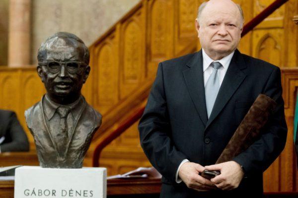 A Gábor Dénes-díjjal kitüntetett Simonyi Sándor gépészmérnök, építőmérnök az Országház Felsőházi termében tartott díjátadó ünnepségen (MTI Fotó: Koszticsák Szilárd)