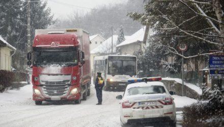Félreállított kamionok a somoskőújfalui határárkelőnél (MTI Fotó: Komka Péter)