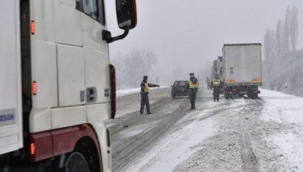 A Nógrád megye és Szlovákia felé tartó teherjárműveket visszafordítják rendőrök a 2-es számú főúton Vác térségében is (MTI Fotó: Máthé Zoltán)