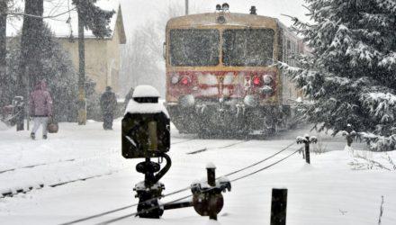 Bz motorvonat a behavazott Nógrád vasútállomásnál (MTI Fotó: Máthé Zoltán)