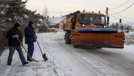 Tolólapos munkagép halad a havas úton Karancskesziben (MTI Fotó: Komka Péter)