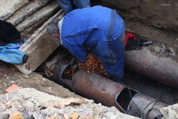 3100.hu Fotó: Egész nap dolgoztak a hiba kijavításán a Pécskő út 2. előtt
