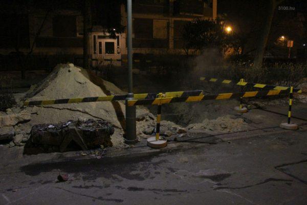 3100.hu Fotó: A csőtörés a Pécskő út 2. szám előtt