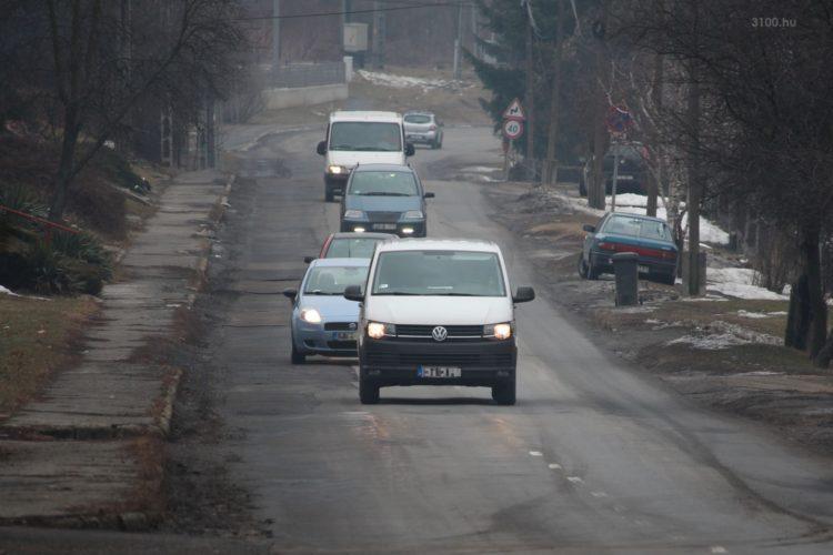 3100.hu Fotó: A Salgótarjánból a Karancs-völgye felé közlekedő autósor sem véletlenül az út közepén közlekedik...