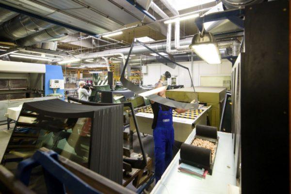 Dolgozók a Salgglas Zrt. salgótarjáni gyárában (MTI Fotó: Komka Péter)