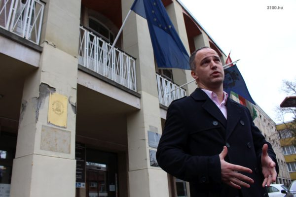 3100.hu Fotó: Szigetvári Viktor a salgótarjáni Megyeháza előtt tartott sajtótájékoztatót