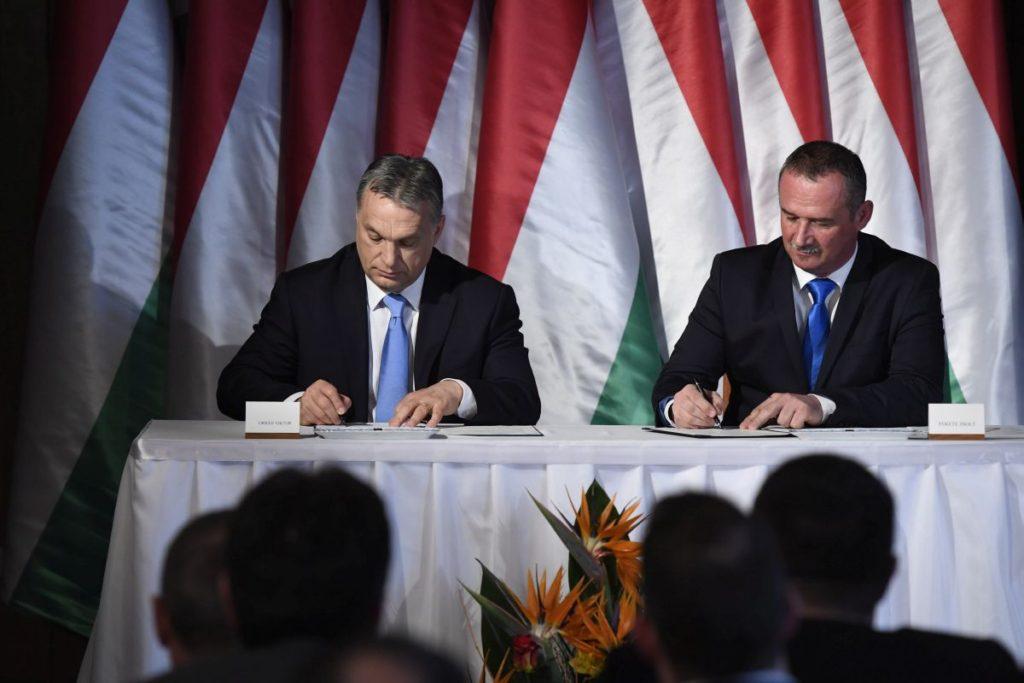 Orbán Viktor miniszterelnök és Fekete Zsolt polgármester aláírta a Modern városok program keretében kötött együttműködési megállapodást a salgótarjáni városháza dísztermében (MTI Fotó: Koszticsák Szilárd)