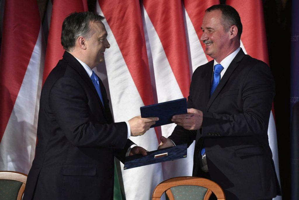 Orbán Viktor miniszterelnök és Fekete Zsolt polgármester kicserélik a dokumentumot, miután aláírták a Modern városok program keretében kötött együttműködési megállapodást a salgótarjáni városháza dísztermében (MTI Fotó: Koszticsák Szilárd)