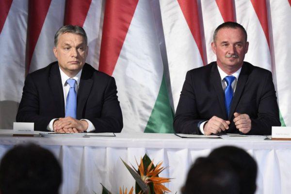 Orbán Viktor miniszterelnök és Fekete Zsolt polgármester (MTI Fotó: Koszticsák Szilárd)