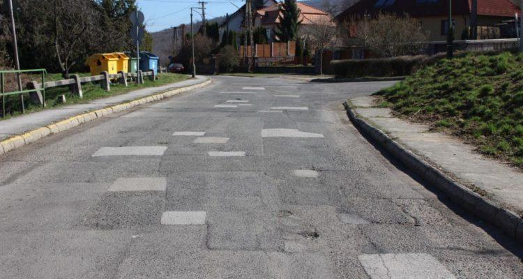 3100.hu Fotó: Aszfalt-mozaik a Szerpentin út felső szakaszán