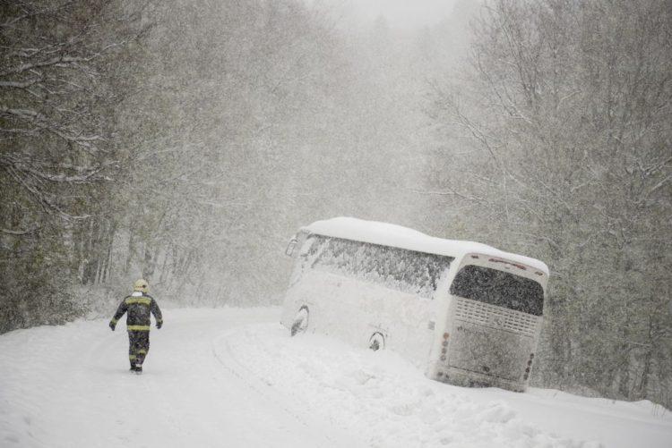 A hóesésben megcsúszott és elakadt autóbusz Mátraszentimre közelében (MTI Fotó: Komka Péter)