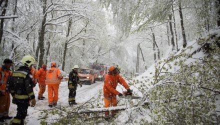 Tűzoltók és a Magyar Közút Zrt. munkatársai dolgoznak a hóesésben Mátraszentimre közelében (MTI Fotó: Komka Péter)